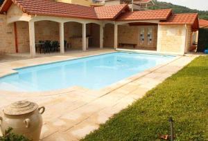 Terrasse couverte et piscine Bourgoin-Jallieu (38300)